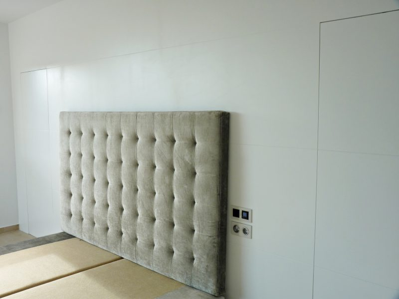 puerta-de-madera-incrustada-en-pano