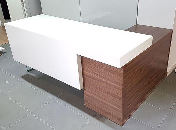 mostrador-de-madera-de-nogal-y-blanco-lacado-clinica2