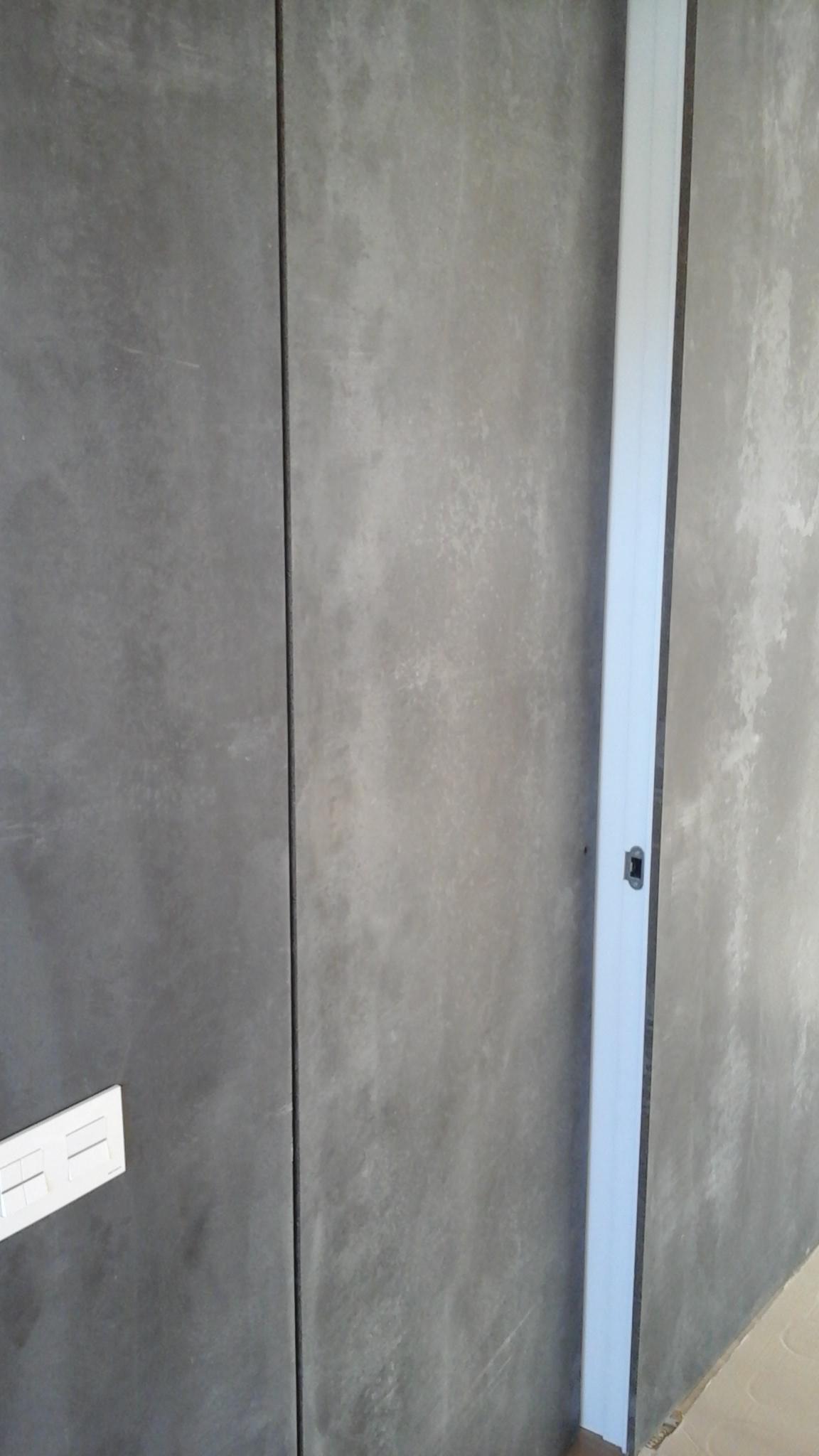 Puerta enrasada con material constructivo en cara exterior
