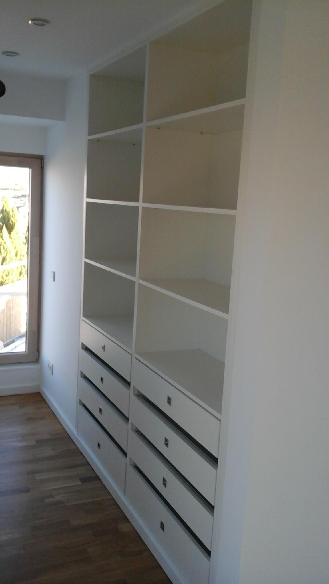 mueble empotrado con estantería