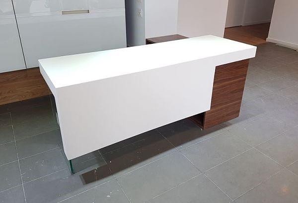 mostrador-de-madera-de-nogal-y-blanco-lacado-clinica